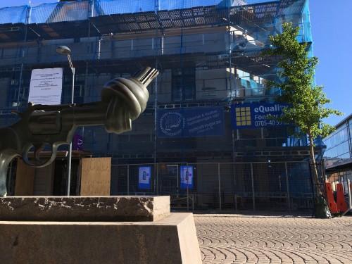 """Vi har ju konst på Brogatan mitt emot vår fastighet! Carl Fredrik Reuterswärds """"Non-Violence"""" står placerad mitt emot huset sedan 2014."""