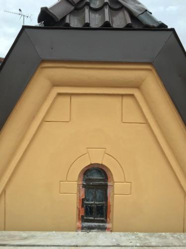 Markering över fönster och vid takfot, tredje våningen.